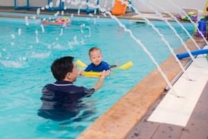 Mudah Ajarkan Si Kecil Berenang